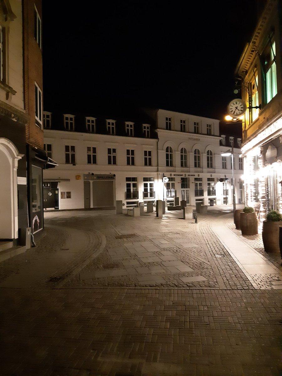 Anderledes stille i Slagelse Midtby på en lørdag nat. Tak fordi I holder afstand :) #covid19 #politidk #sammenomatholdeafstand #stayathome https://t.co/VVzVoJVhGO