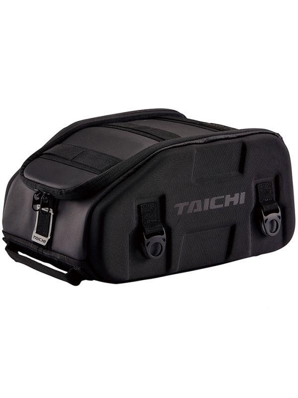 「RSタイチ」のスポーツシートバッグ❗️容量10Lで、日帰り程度の荷物を積載するのに適度なサイズ。車体固定用ベルトの装着が容易でシートやシート下の形状に左右されにくいオクタフレックスベルトと、レインカバーを付属‼️😆