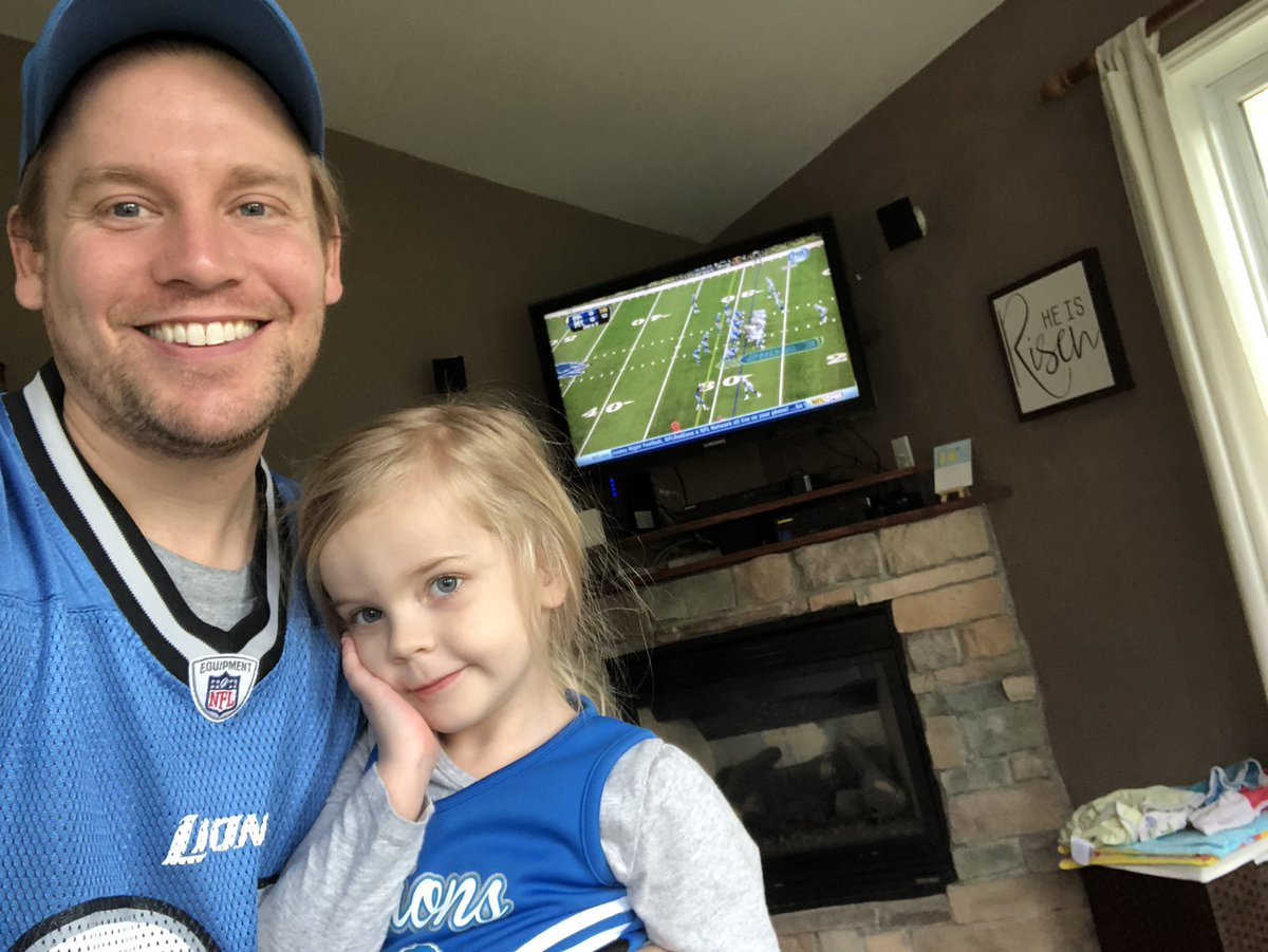 @Lions she had to run upstairs and get her football clothes when she saw what was in tv. #onepride #LionsReplay #DALvsDET <br>http://pic.twitter.com/6Gh1iBBbp8