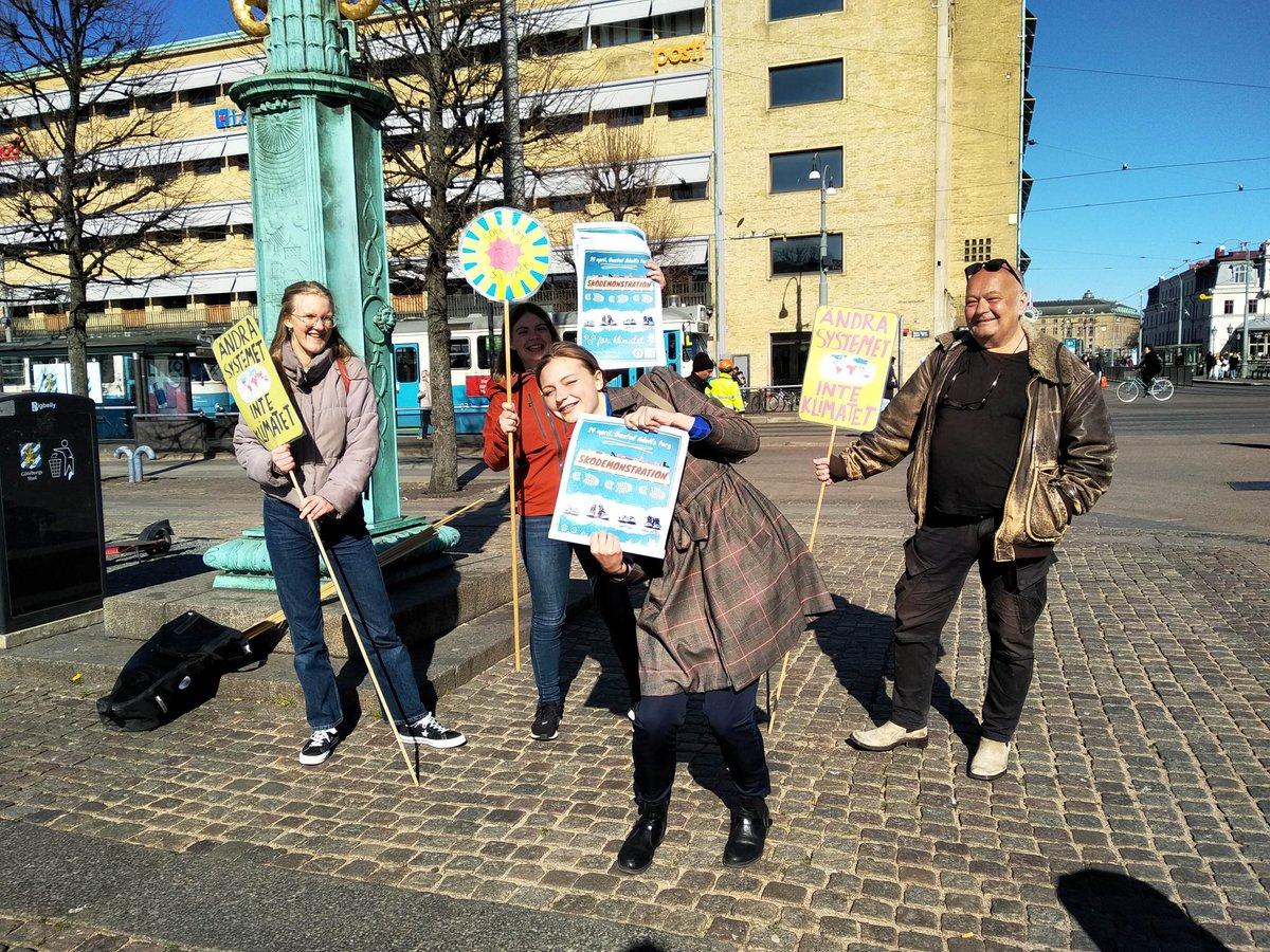 Dagens #FridaysForFuture #klimatstrejk i Göteborg. Idag satte vi upp affischer i hela stan för nästa veckas symboliska skodemonstration! 👞 Du har väl inte missat det? Din medverkan behövs!