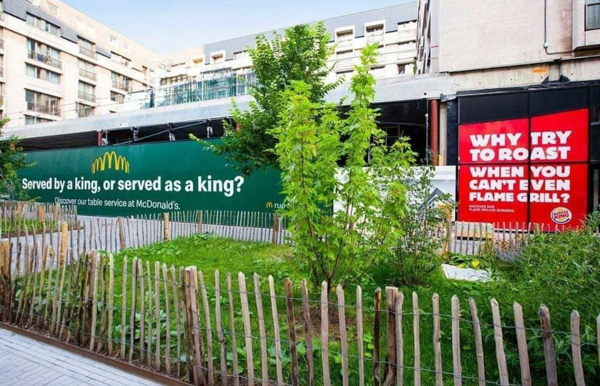 """Mad Over Marketing على تويتر: """"McDonald's trolled Burger King with this  billboard right next to a brand new BK outlet. And Burger King immediately  responded with a message of their own!… https://t.co/8chlxFl5Oi"""""""