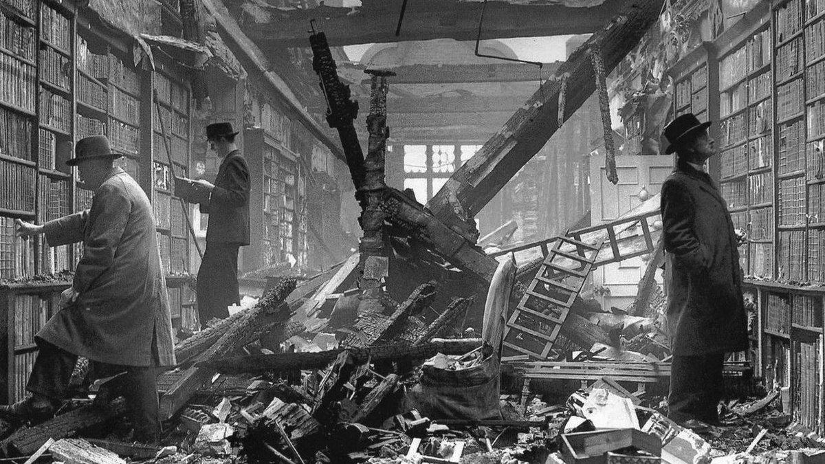 """今日は何の日 ar Twitter: """"ロンドン大空襲下の図書館にて(1940年)… """""""