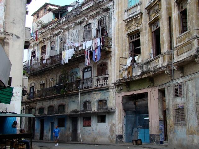 """LeonTd on Twitter: """"Δεν είναι θέμα πολιτικής ούτε κεντρικού σχεδιασμού. Η φτώχεια εξοικειώνει με την ασχήμια. Μπαλκόνια στην Κούβα.… https://t.co/WtsduxpJMB"""""""