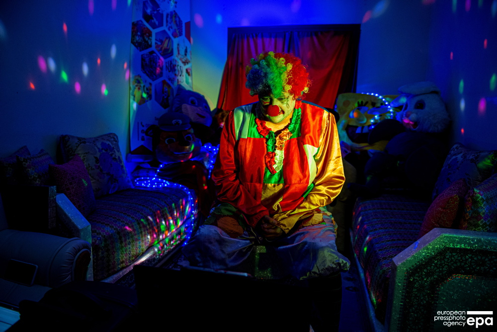 A Moroccan man Salah, dressed as a clown, performs for children via live broadcast in the Internet in Rabat, Morocco.  epa-efe / Jalal Morchidi  #CoronavirusOutbreak #2019nCoV #Covid19 #pandemic #epaphotos #lockdown #photojournalism #Morocco #Rabat pic.twitter.com/Vgk8R47WmY