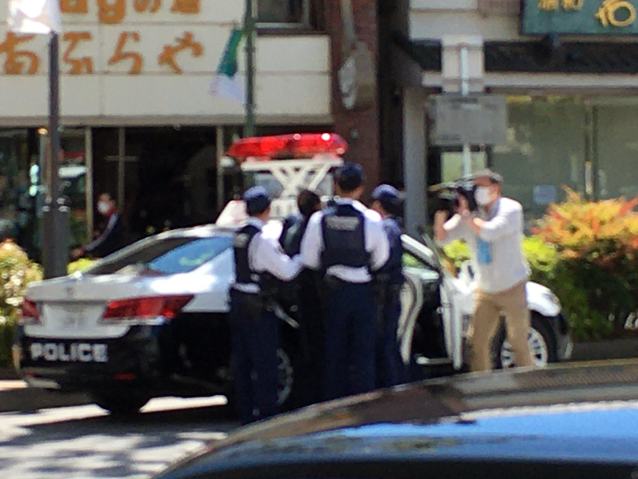 浦和駅で刃物男が連行されている画像