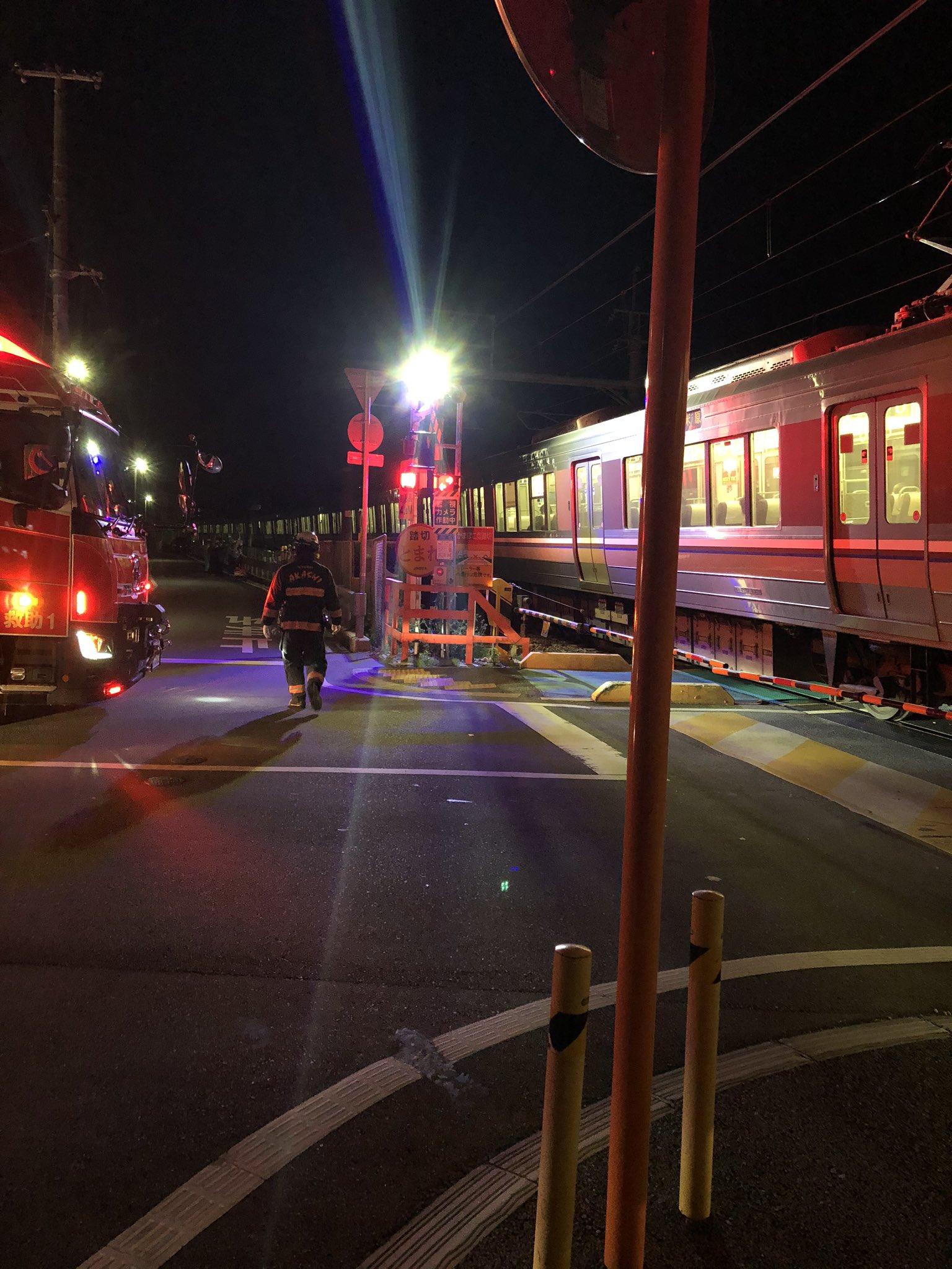 神戸線の人身事故で電車が運転を見合わせている画像