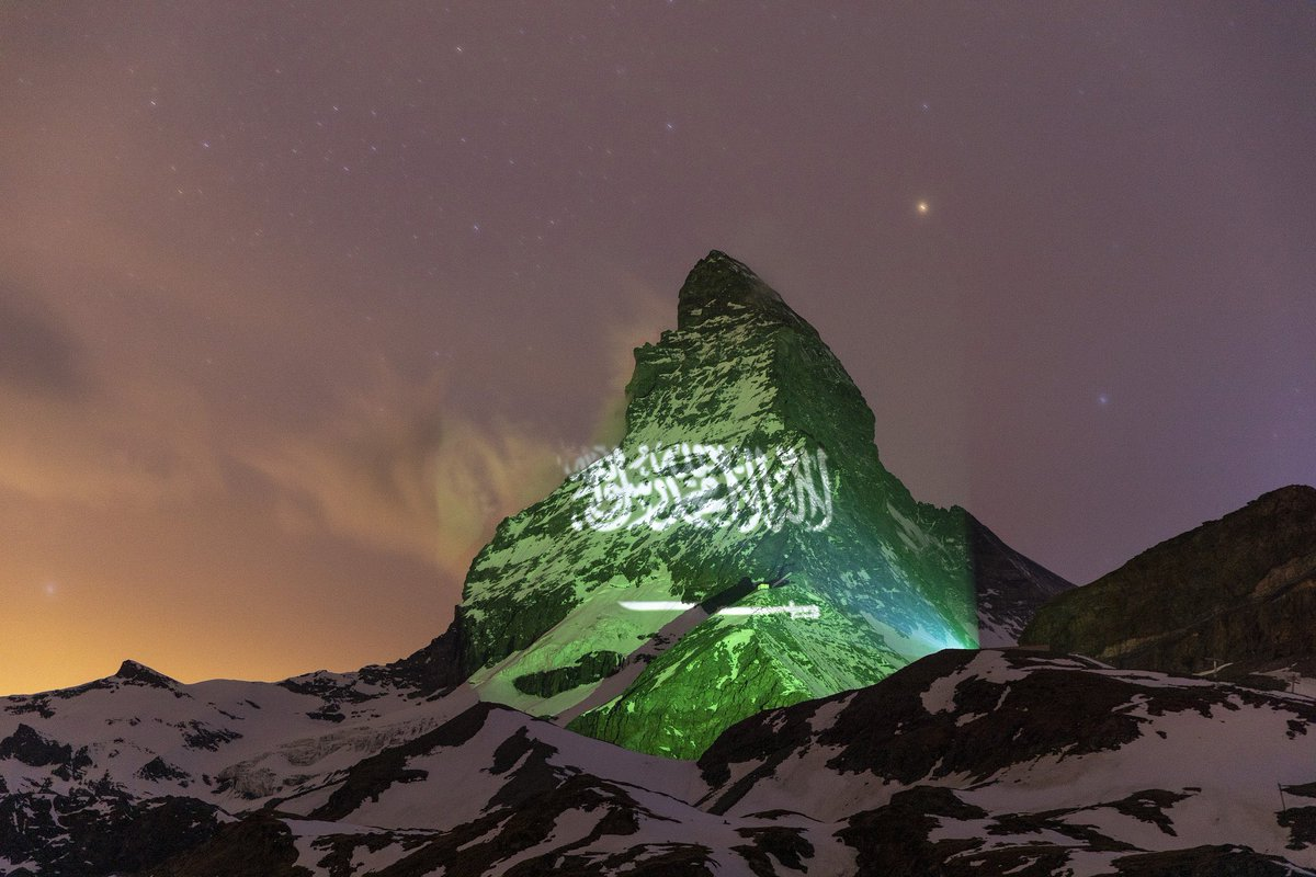 تحت شعار #الضوء_هو_الأمل #LightisHope أستطاع الفنان السويسري #GerryHofstetter المتخصص في فن الإضاءة بإستخدام تقنية الـ Light Projection عرض أعلام دول العالم على جبل #ماترهورن السويسري كعلامة للأمل و التضامن في أزمة #كورونا   حساب الفنان على إنستغرام