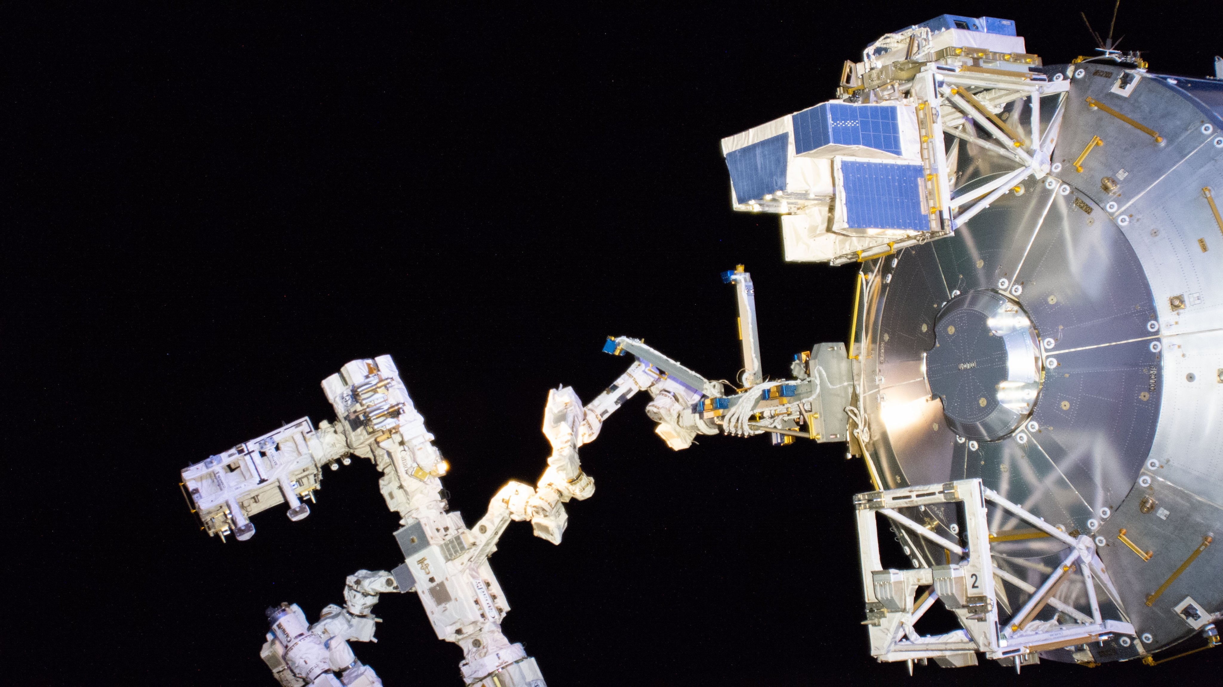 [ISS] Plateforme commerciale Bartolomeo fixée à Columbus - Page 2 EVA5ja-XgAATnGX?format=jpg&name=4096x4096