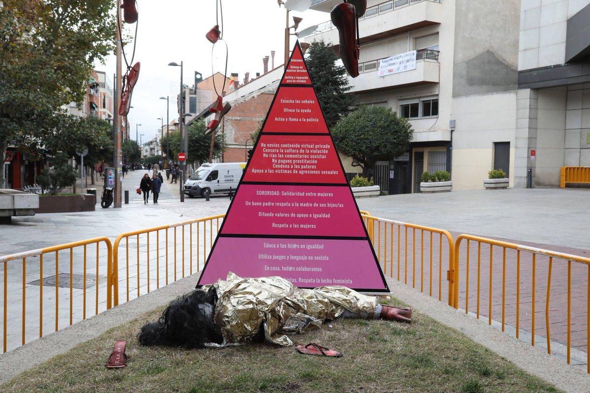 A aquellos espíritus delicados que se les hace bola ver ataúdes, les presento el PSOE hace 5 meses:  https://t.co/Tf8WqE2Wqb https://t.co/DTCOHNr5R0