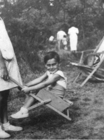 7 April 1934 | French Jewish boy Maurice Dreksler was born in #Paris.  He arrived at #Auschwitz on 21 August 1942 in a transport of 1,000 Jews deported from #Drancy. He was among 817 people murdered in gas chambers after the selection.pic.twitter.com/2NWOvPqG9s