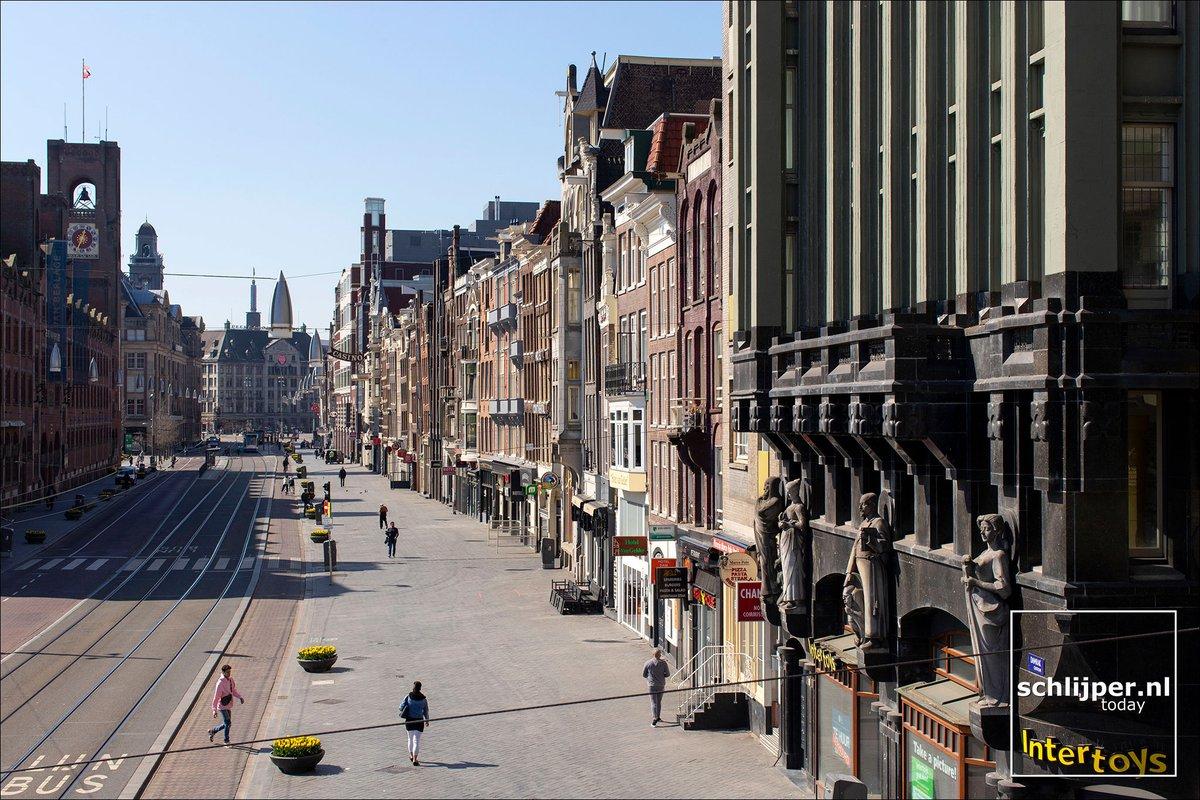 Damrak  06.04.2020 12:35 #Amsterdam Please support my work at http://patreon.com/schlijperpic.twitter.com/vXGZSOI29a