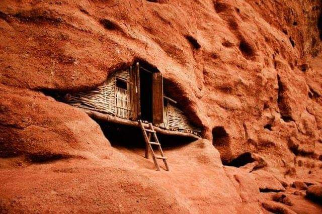 Wooden hut in red canyon China... #architecture #arquitecturapic.twitter.com/2LHUevNpbC