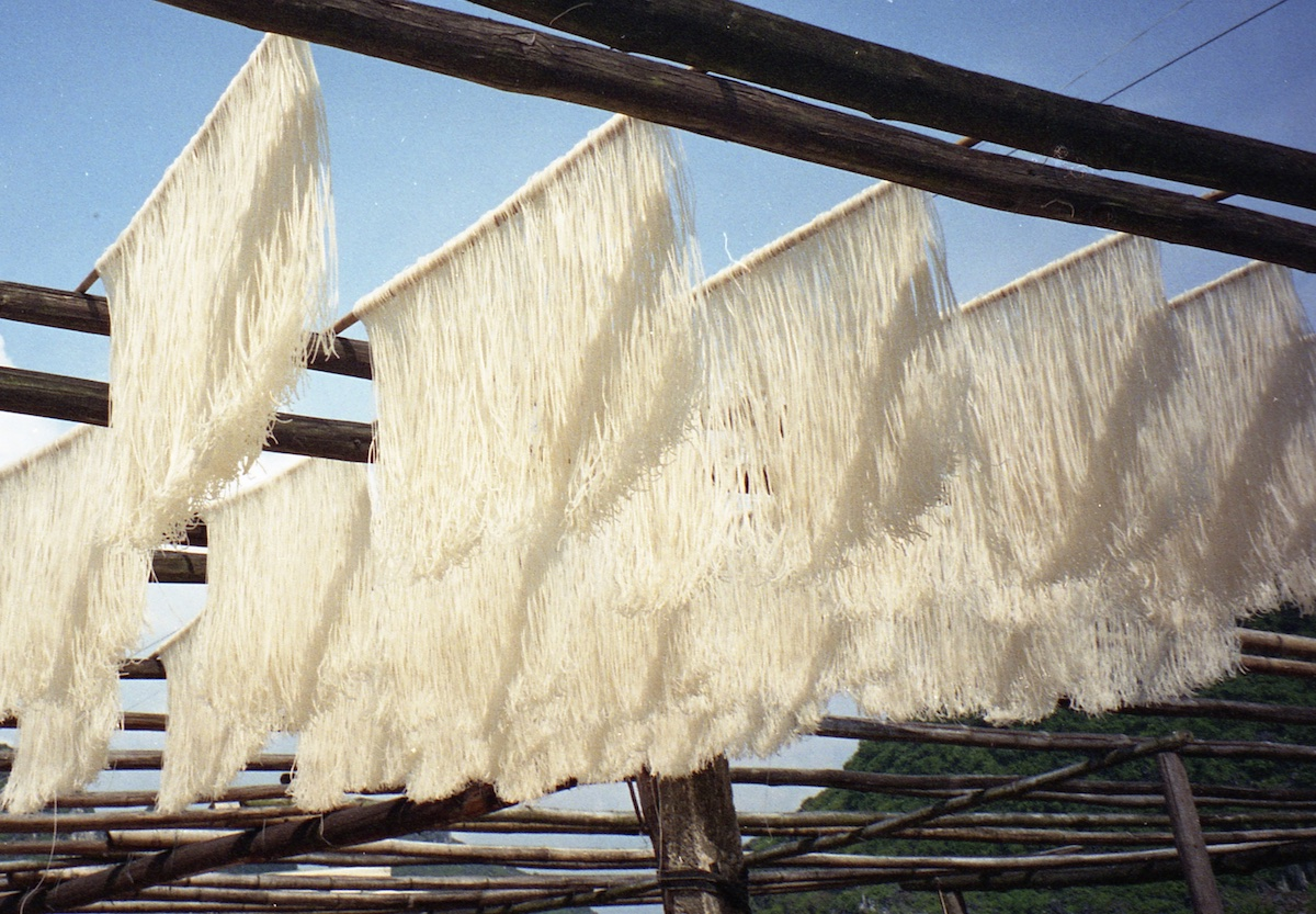 Rice noodles drying in the sunshine, China.  #wanderlust pic.twitter.com/sgizswi5Tg