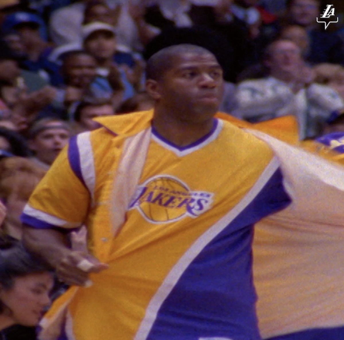 Five years after his retirement, Magic Johnson returns and catches em with a *filthy* pass-fake. #BestOfLakersWarriors