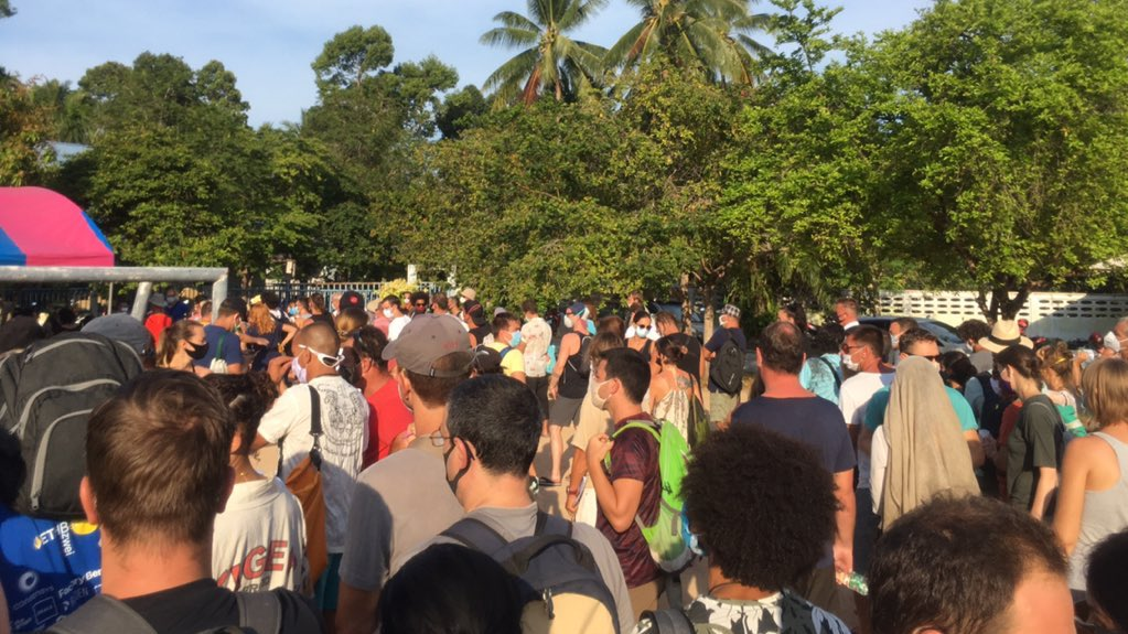 MADNESS!! An absolutely crazy scene at a temporary Immigration office on Koh Phangan this morning as about 500 foreign tourists & expats lined up desperate to extend their stay & pay overstay fines. Why does the Thai government force foreigners to do like this? #COVID19 #Thailand pic.twitter.com/ee5HJTpVhd