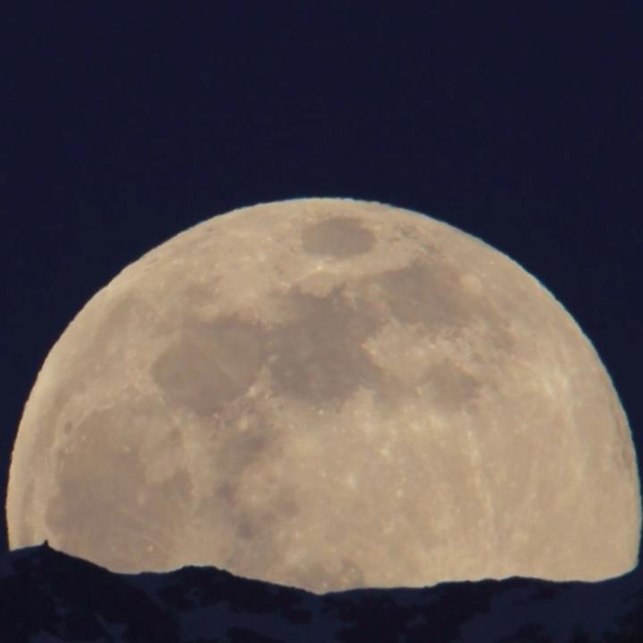 Image for the Tweet beginning: Watch: A supermoon rises over