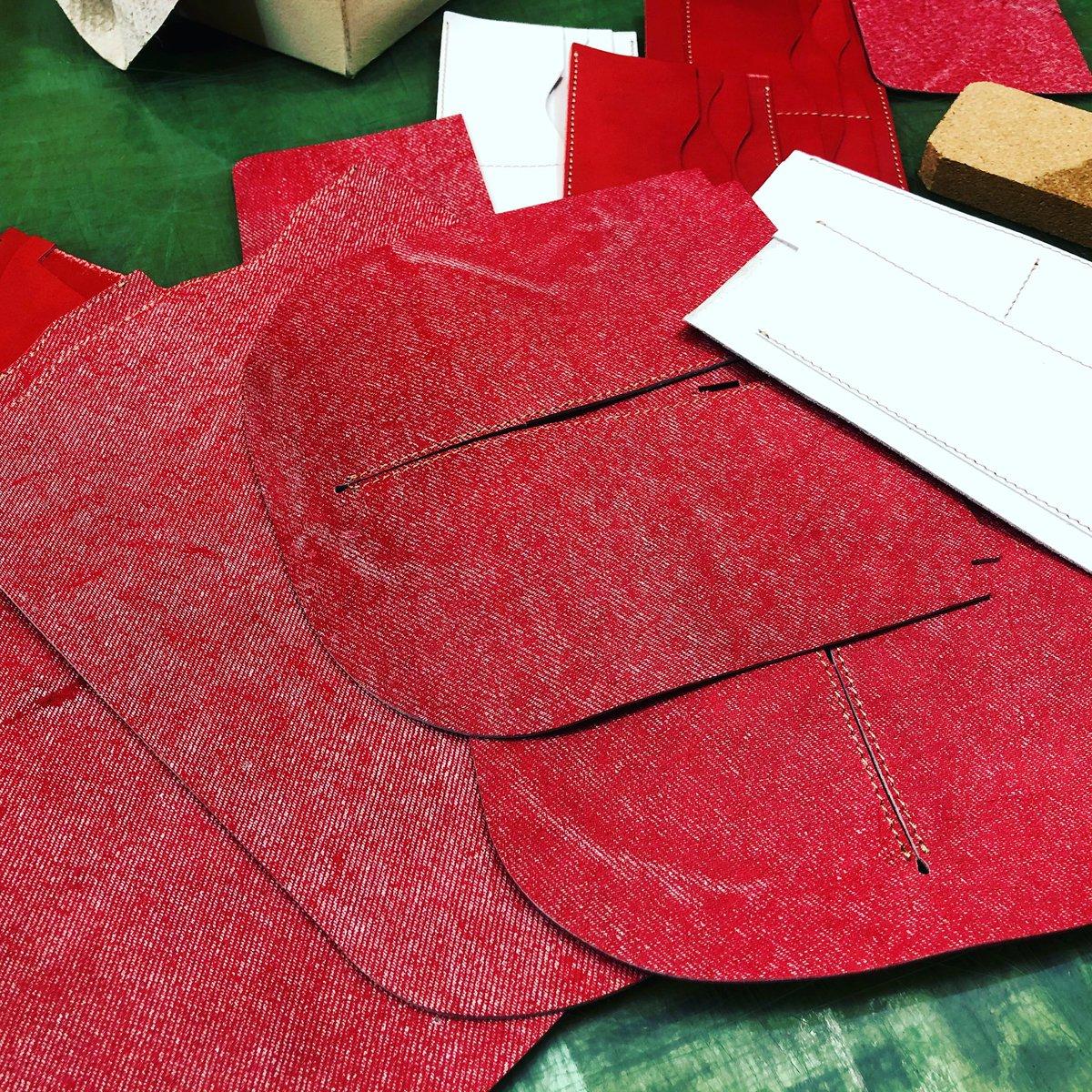 このところ大人気のギャルソン長財布^_^ デニムレザーで作成中^_^ #ギャルソン長財布 #長財布 #ギャルソン #デニム #赤い財布pic.twitter.com/Oalv8SV7A2
