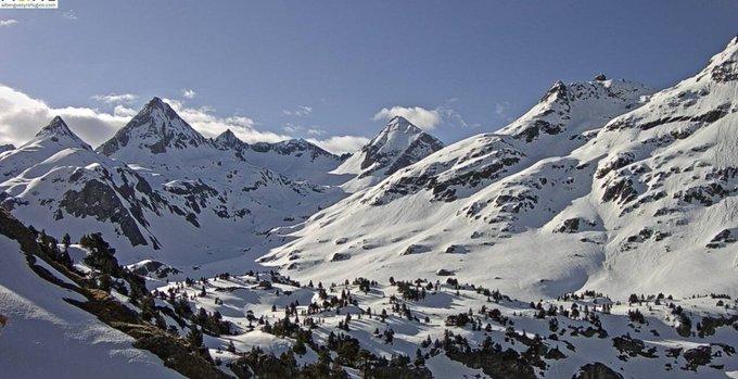Vuelve a lucir el sol en el Pirineo con temperaturas suaves. Proximos días variable con algunos chubascos por la tarde. Refugios de #Respomuso y #Bachimañana https://t.co/7YTZpFi6V0