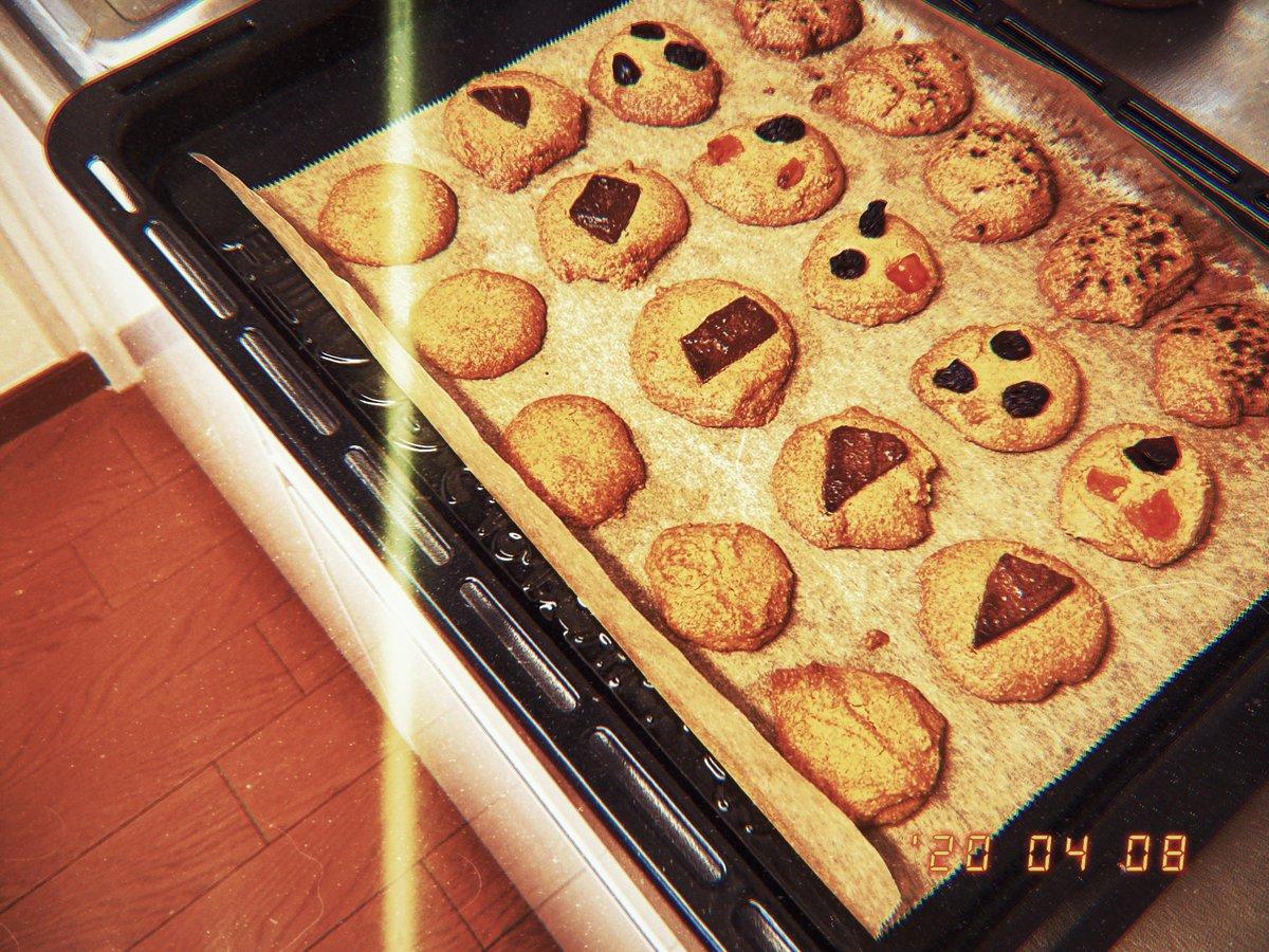 壊滅的にお菓子作りが下手な女が通ります…(追い焼きしても指に生地つく(砂糖足りない(あれ?なんかほろ苦くない?(最終的にドライフルーツから煙出た  写真だけいい仕上がりです!  #お菓子作り #お菓子 #クッキー #写真好きな人と繫がりたい  #写真 #photo