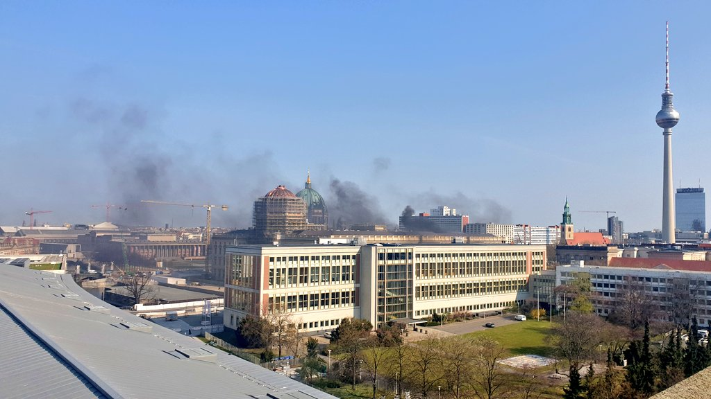 Fire in #Berlin Mitte... Anybody know something?  #fire #berlinmittepic.twitter.com/9mBKjVNFTi