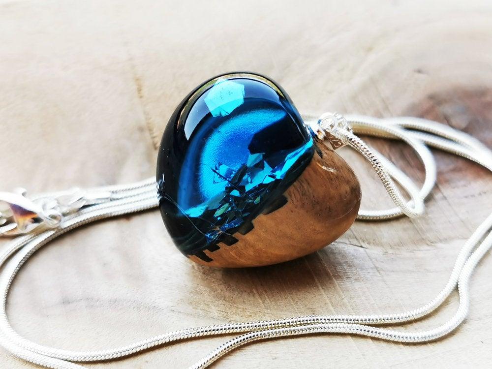 #jewelry #necklace #artdeco #girls #blue #heartcharm #resinheart #heartjewelry #jewelry #heartnecklace #heartpendant #handmadejewelry #necklaces #love #heartnecklaces