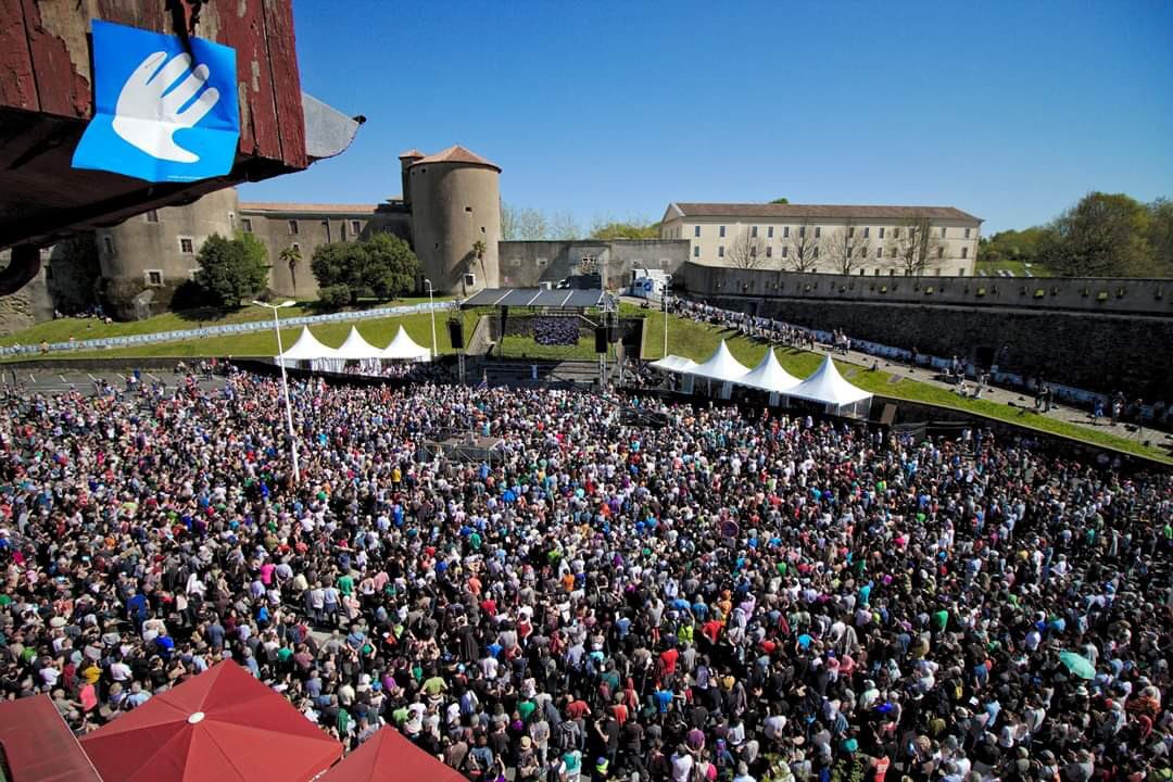 Souvenons-nous du 8 avril 2017, date du désarmement de l'ETA. 3 ans après, prenons la mesure de cette page écrite par tout un peuple pour construire une paix durable au Pays Basque. #Bayonne #Euskalherri #PaysBasque https://t.co/OgqEu5a5Zo
