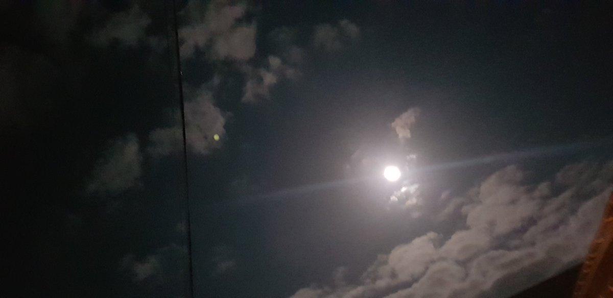 Moon photos from last night. #night #supermoon #thankfulpic.twitter.com/8HcsslchcT
