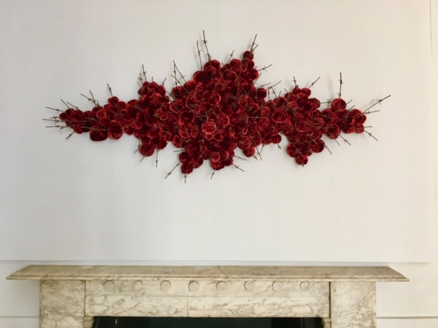 Strange Fruit by @SusieMacmurray looks beautiful above a fireplace - the delicate, sensuous velvet contrasts with cold, tangled wire reclaimed from battlefields or training grounds. #indoorsculpture #sculptureforthehome #artforthehome #artforinteriors #interiorart #pangolinlondonpic.twitter.com/OXf3AKy89y