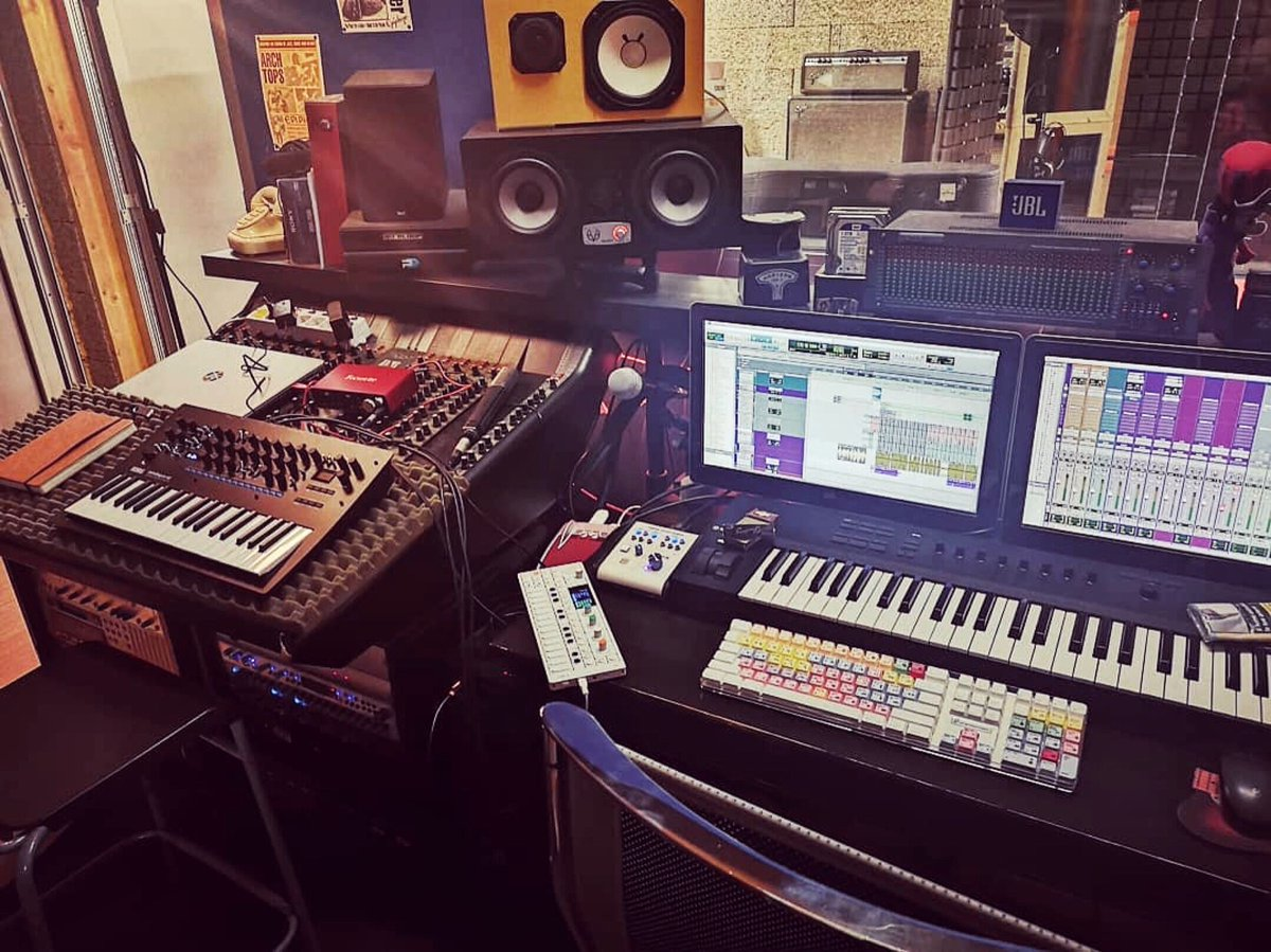 Be productive! Nice studio environment here at Haunted Studio Recording with the EVE SC307s #staysafe #musicproduction pic.twitter.com/HuLQDGWfl1