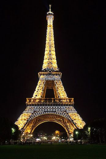 Good night friends ! #photos #night #Paris #eiffeltowerpic.twitter.com/HA97cTVgwq
