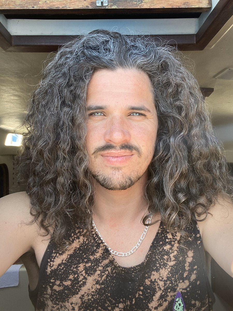 I'm Brandon and my hair is madness! #hair #bighair #greyhairpic.twitter.com/xl0I8xB1uO