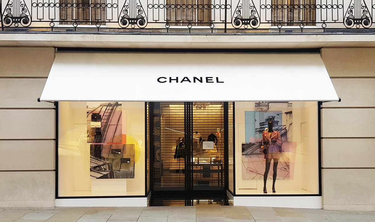 Greenwich awnings at Chanel flagship boutique, New Bond Street. #madeinbritain #commercial #londonshops #design #bespoke #branding #awnings #productdesign #style #londondesign #canopiespic.twitter.com/Oo8dFtaTLK