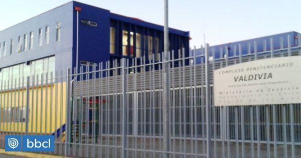 Internos de cárcel de Valdivia acusan agresión de otros reos amparados por un gendarme http://dlvr.it/RTQB69pic.twitter.com/ufxwuNQa2E
