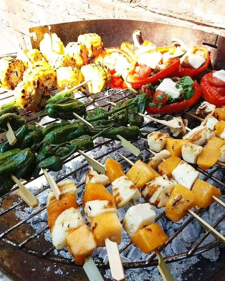 Got a BBQ or grill? Try making these for your household  ☆Grilled peppers filled with mozzarella  ☆Tamarin & garlic butternut halloumi skewers  ☆Toasted corn cobs with chilli flake butter  They flew off the plates at our house!  #Cardiff #ValeOfGlamorgan #Veggie #BBQpic.twitter.com/ABuiZUFsOA