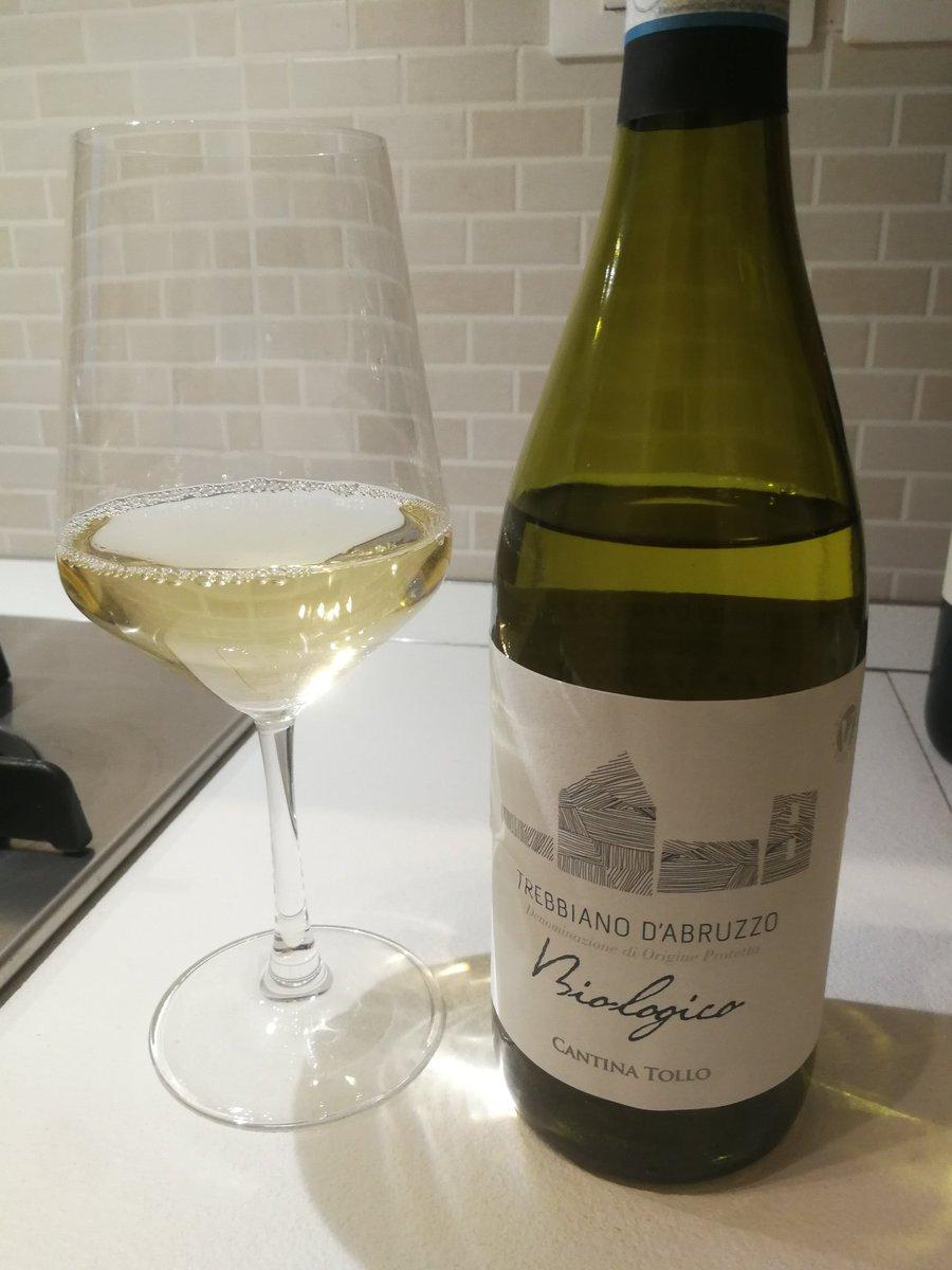 Salute! #trebbiano #wine #winelovers #winelover #iobevoacasapic.twitter.com/7mbV2BK2PA