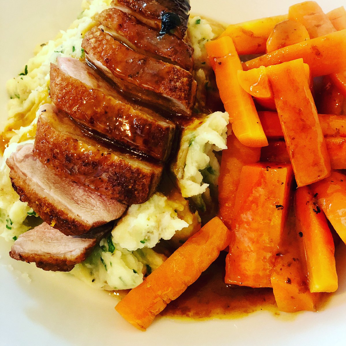 A treat for dinner this evening, Duck A L'Orange with parsley mash and carrots mmmmm #honemade #comfortfood #instafood 🦆🍊🥔😂 oh and beer 🍺
