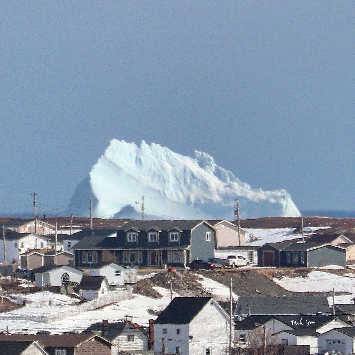 Another zoom shot of our iceberg here in Bonavista.  That house in front is my buddy's place. Perspective.  #IcebergsNL #bonavista #ShareYourWeather https://t.co/zaFZeBYgJO