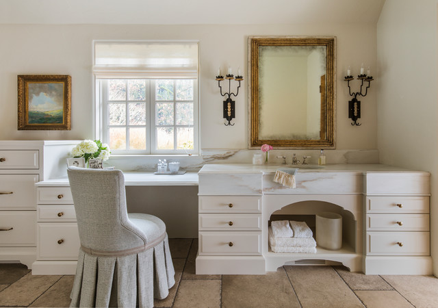 Discover the calm color palette found in traditional style bathrooms. #interiors #homestyle  http://cpix.me/a/95167744pic.twitter.com/LaHmNTFxYj
