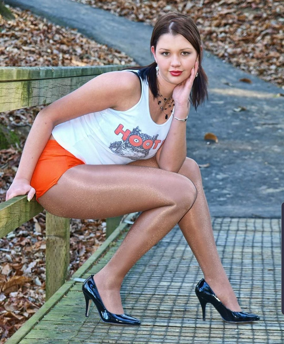 Doesn't every female own a #hooters uniform & #pantyhose #tights #leggings to wear with pic.twitter.com/VzNJdNAKWT
