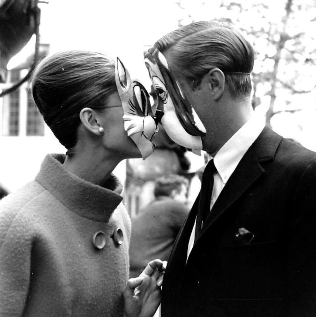 Un baiser de circonstance. Audrey Hepburn et George Peppard sur le tournage de DIAMANTS SUR CANAPÉ (Blake Edwards, 1961). Jour 27 pic.twitter.com/6jkhSReDFF