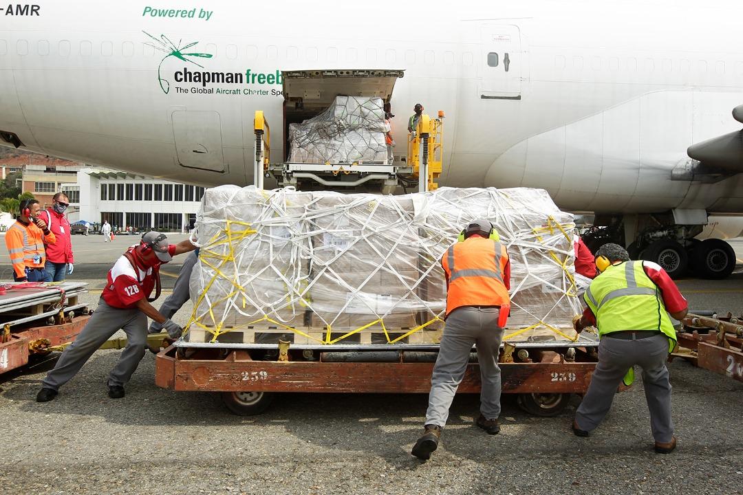 """Arriban al aeropuerto internacional de Maiquetía """"Simón Bolívar"""" los vuelos con la ayuda humanitaria de la Federación de Rusia y de OPS/Unicef con test diagnósticos y equipos médicos para ayudar a combatir el #COVIDー19  #VenezuelaAvanzaEnSaludpic.twitter.com/R8snFDk9Ss"""