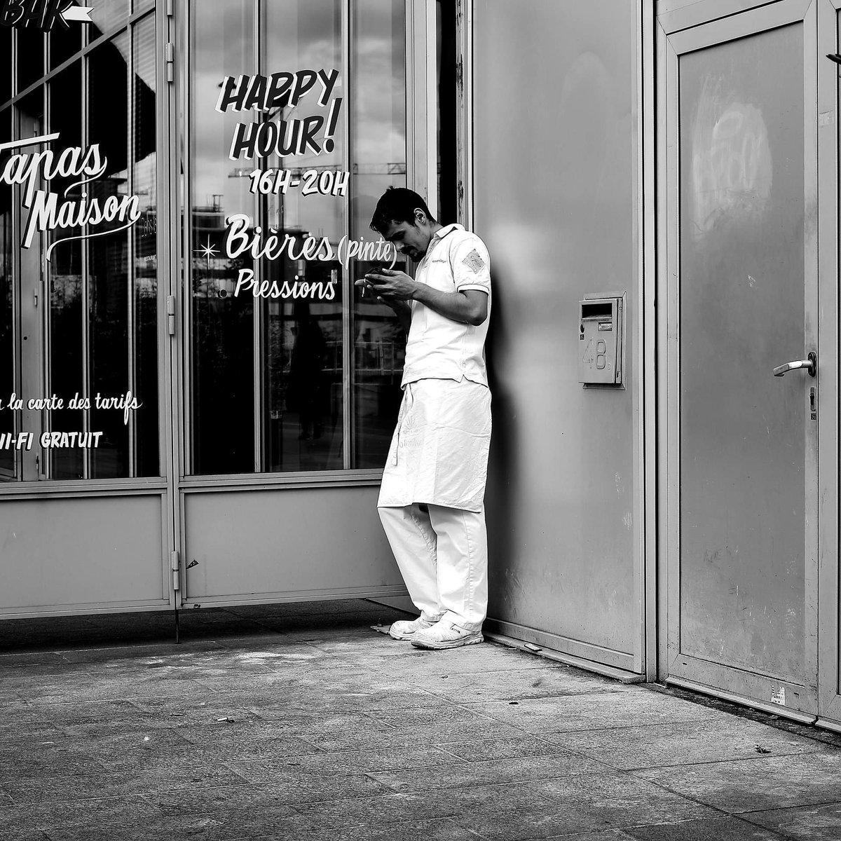 Cigarette break  #streetphotography #blackandwhite #street #Paris #pascalcolin #canon #50mm