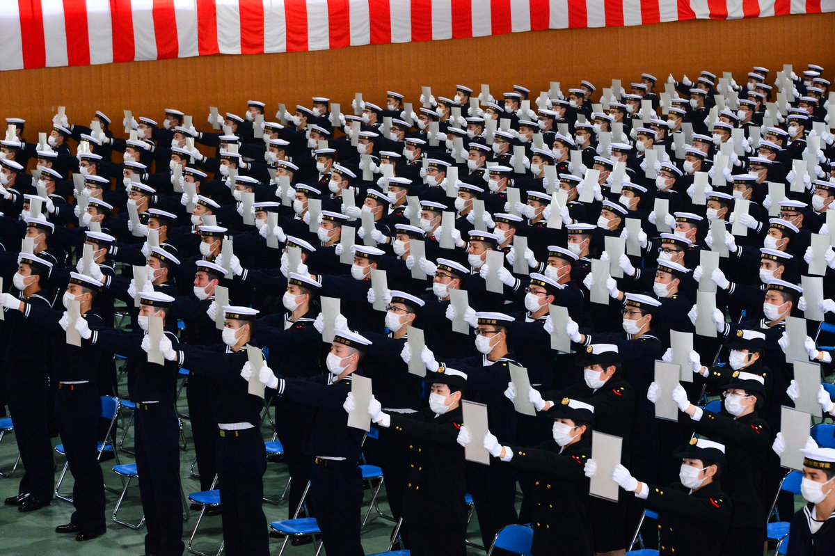 4月8日(水)に横須賀教育隊で一般海曹候補生(580名。うち女性99名)と自衛官候補生(268名。うち女性106名)の入隊式が行われました。式では宣誓を行い、マスク着用ではありましたが大きな声で国歌と海上自衛隊隊歌を斉唱しました。海上自衛官の道を選んでくれてありがとう!