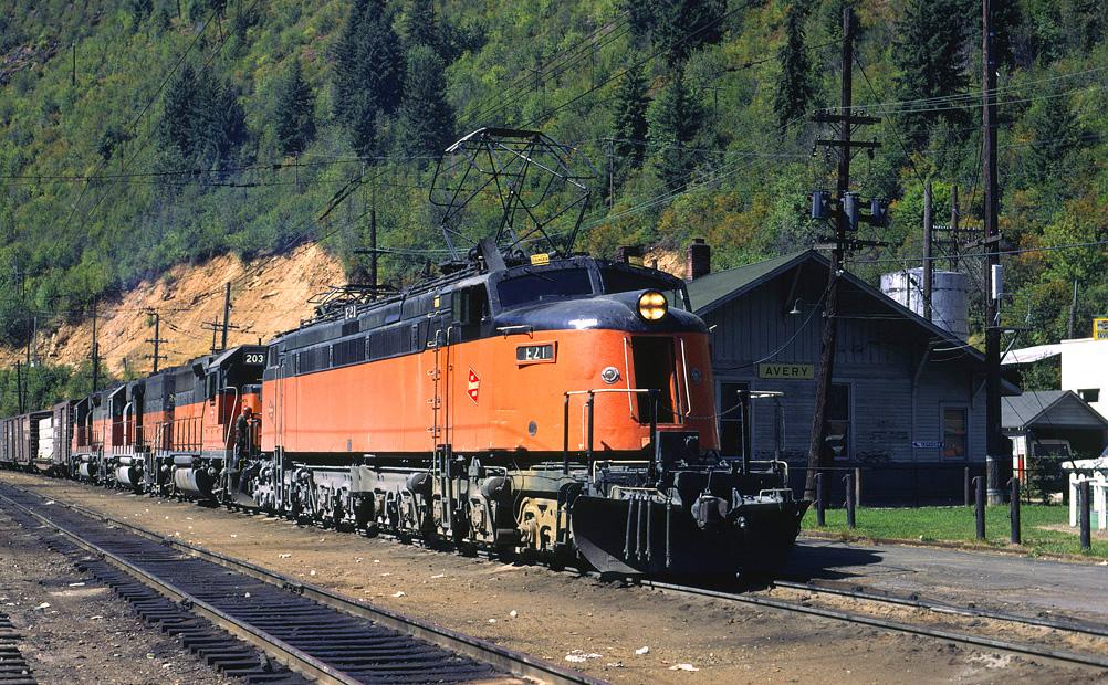 EVHzwMQXgAAGNoY - Electric Railroad through the Rockies