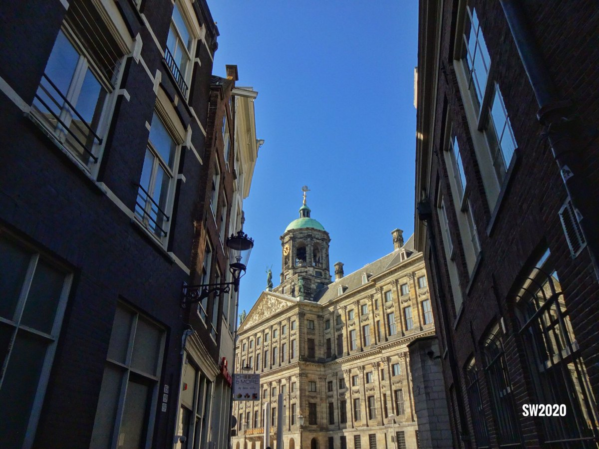 Looking towards the Royal Palace in #Amsterdam pic.twitter.com/aJvXHtmEMS