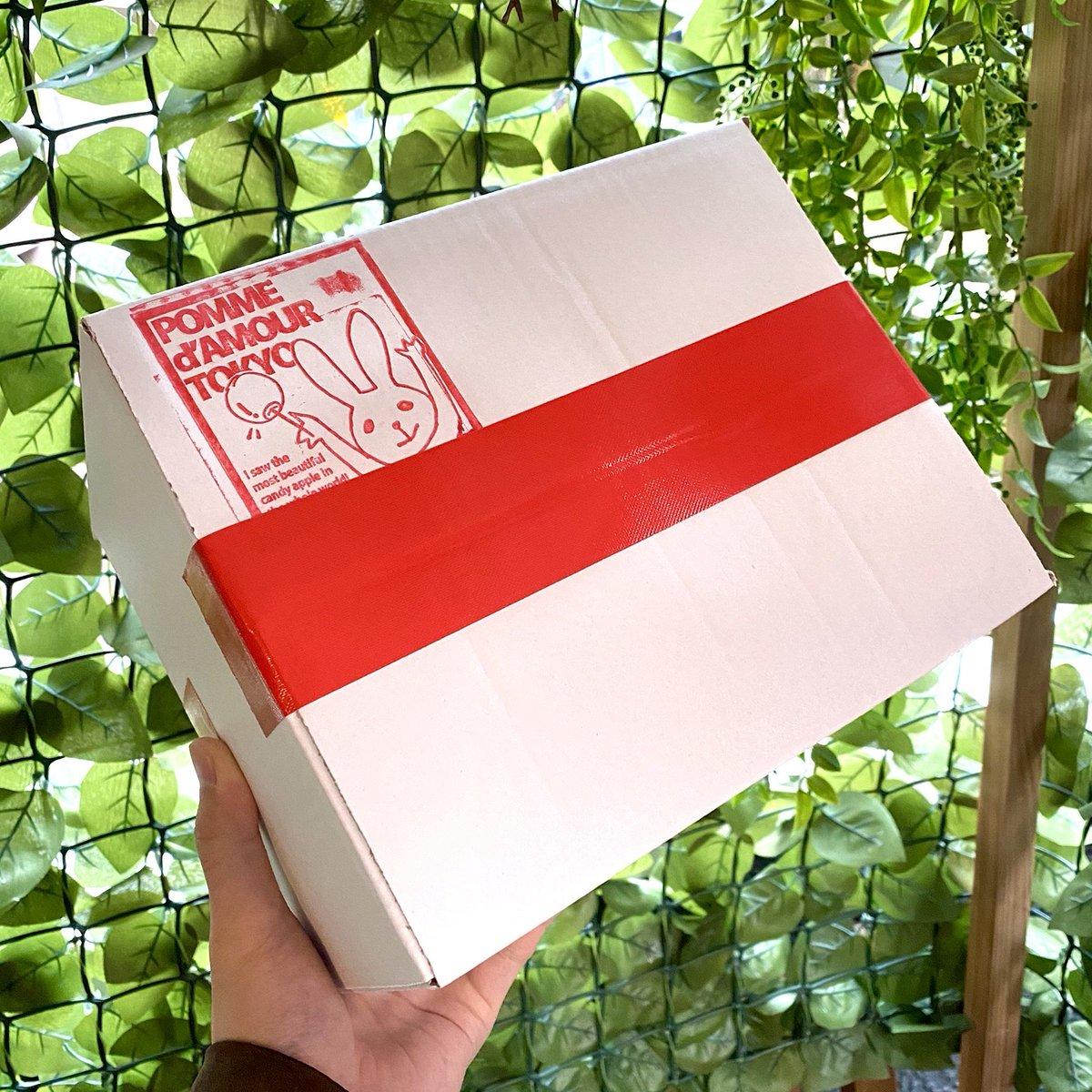 僕は「美味しいりんご飴をいつでも食べられる身近な物にしたい!」という思いと熱意でこの店を2014年に作りました。そこから6年、休むことなくたくさんのりんご飴をお届けしました。開業以来の緊急事態。いまこそ通販の封を切るときかもしれません。オンラインストア、近日中に公開します!代表ikeda