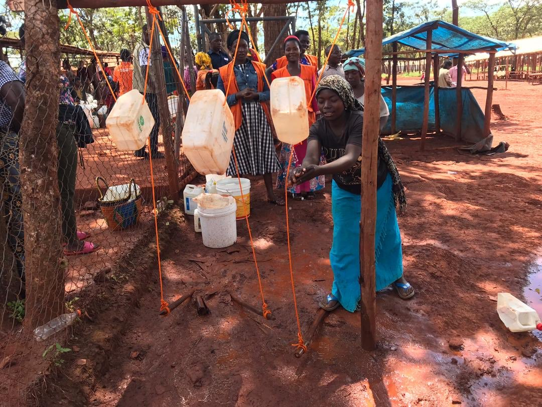 Hand washing Social distancing #refugees in NW #Tanzania are staying safe during food and soap distribution to reduce the spread of #COVID19 #coronaviruspic.twitter.com/RNLCOyZOqp