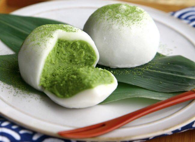 抹茶スイーツで大人気の京都の名店「伊藤久右衛門」の、NO1人気商品「宇治抹茶だいふく」を注文して食べてみました✨詳細は⇒濃厚な抹茶がたっぷり詰まり、周りの生地も驚くほど柔らかく、美味しすぎました!