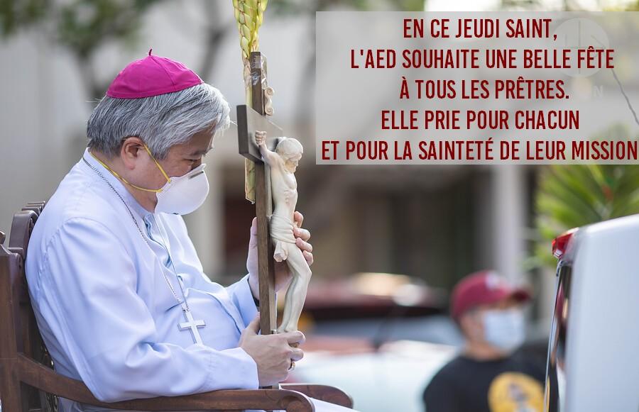 En ce Jeudi Saint, lAED souhaite une belle fête à tous les prêtres du monde entier. légende photo: Mgr Villegas, archevêque de Lingayen Dagupan (Philippines), bénissant les Rameaux. Avril 2020
