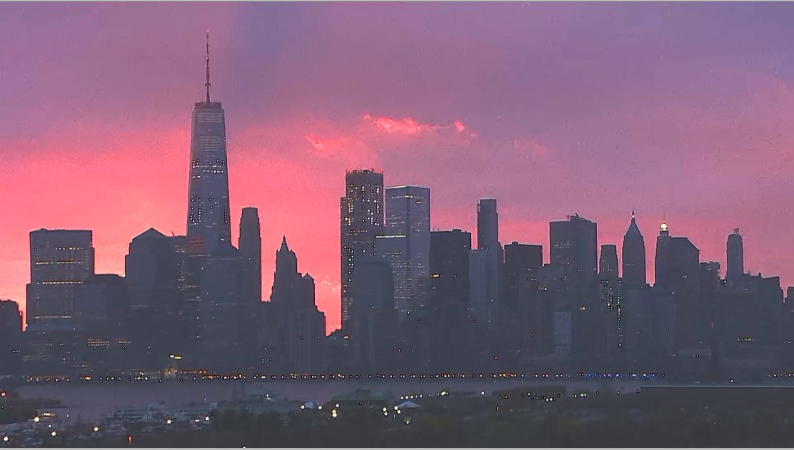 Wow! What a gorgeous sunrise coming up over Lower Manhattan! @TheMariaLaRosa says we have a rough weather day ahead though. Boo. #nbc4ny pic.twitter.com/MszJiV3KER